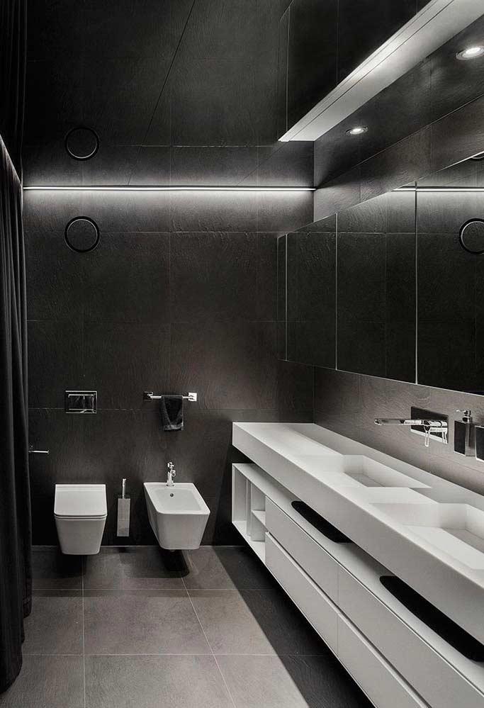 O branco reservado às louças e armários em um banheiro com muitos tons de cinza destaque para os espelhos
