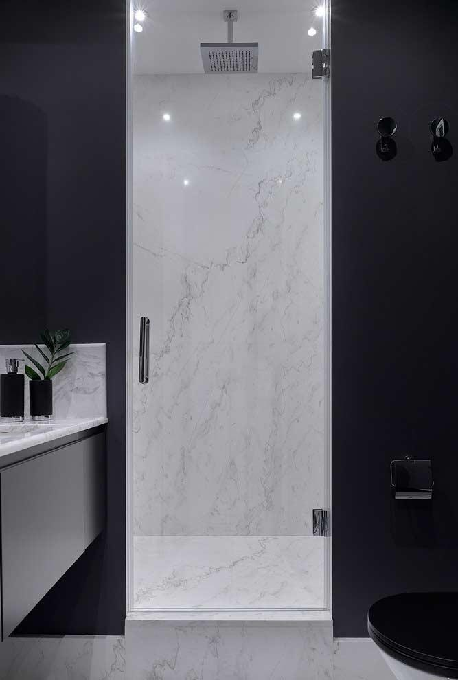 Banheiro preto e branco com contraste entre os ambientes