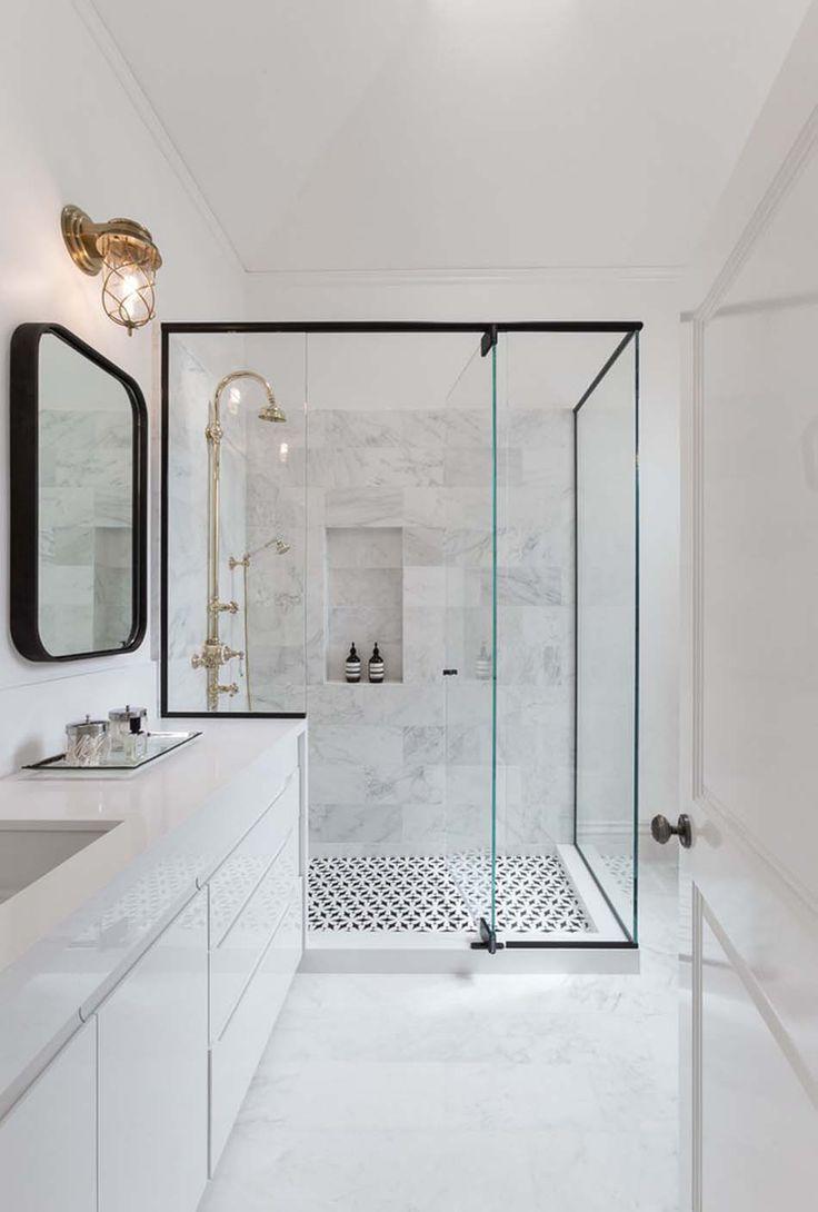 Preto e dourado no banheiro branco