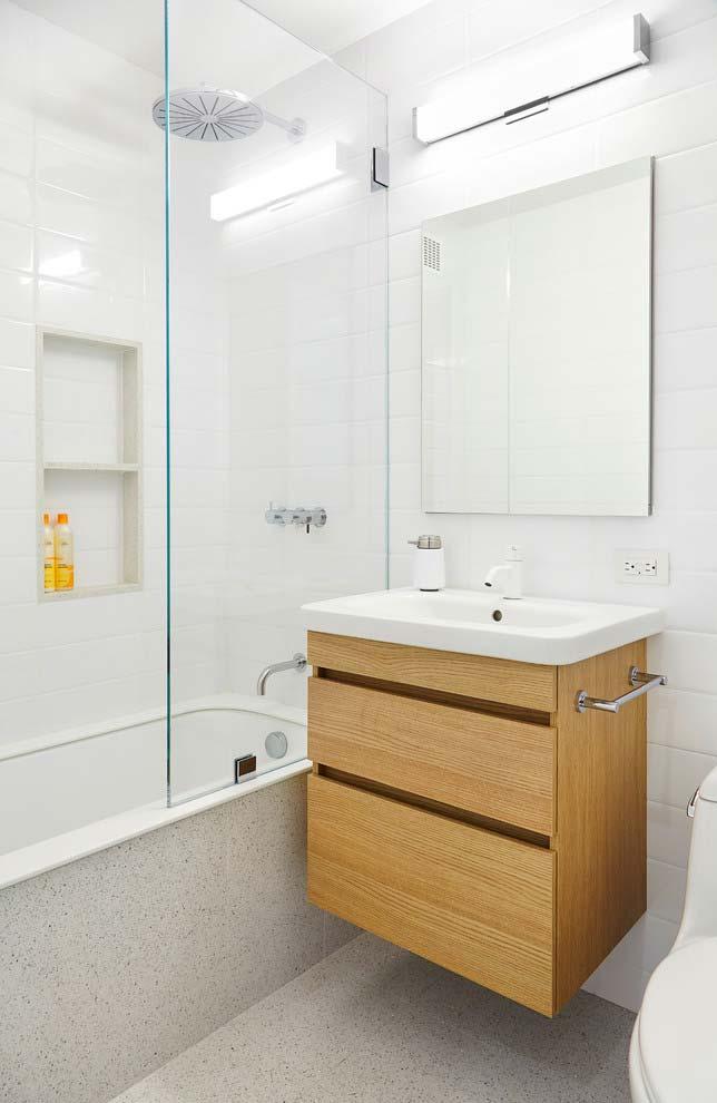 Banheiro branco com piso cinza