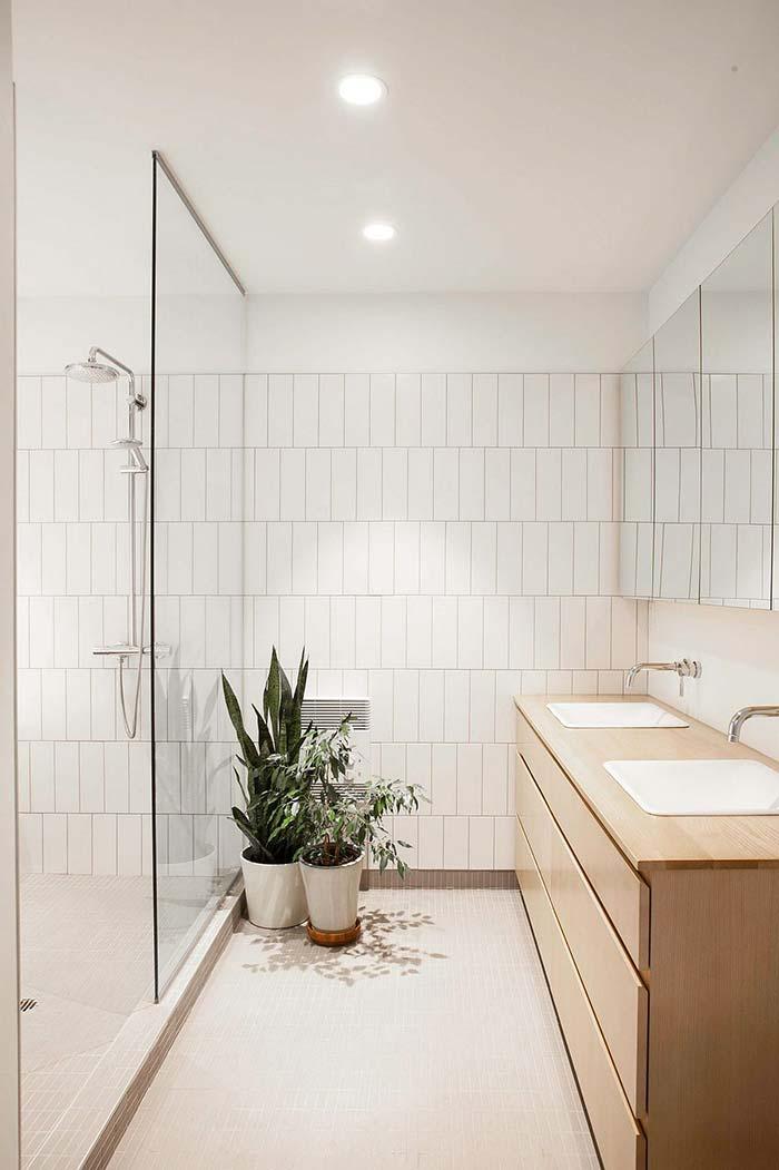 Banheiro branco com toque de verde