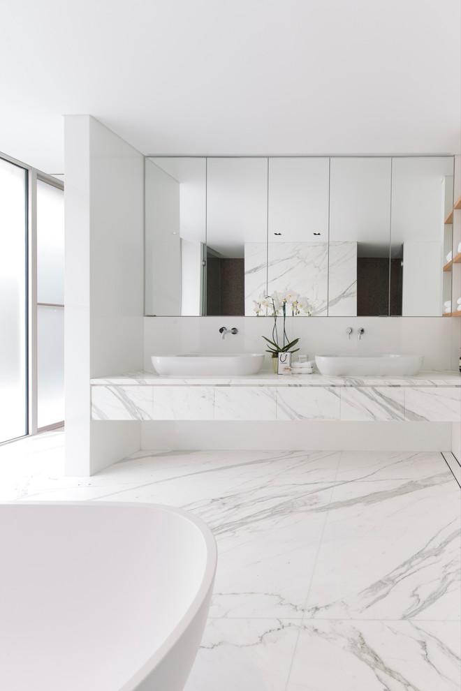 Banheiro amplo e espaçoso