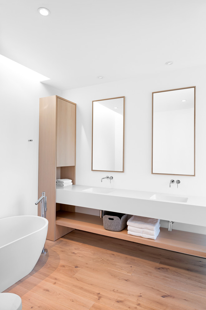 Banheiro branco com piso de madeira