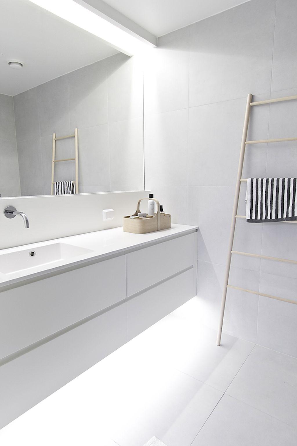 Banheiro branco iluminado