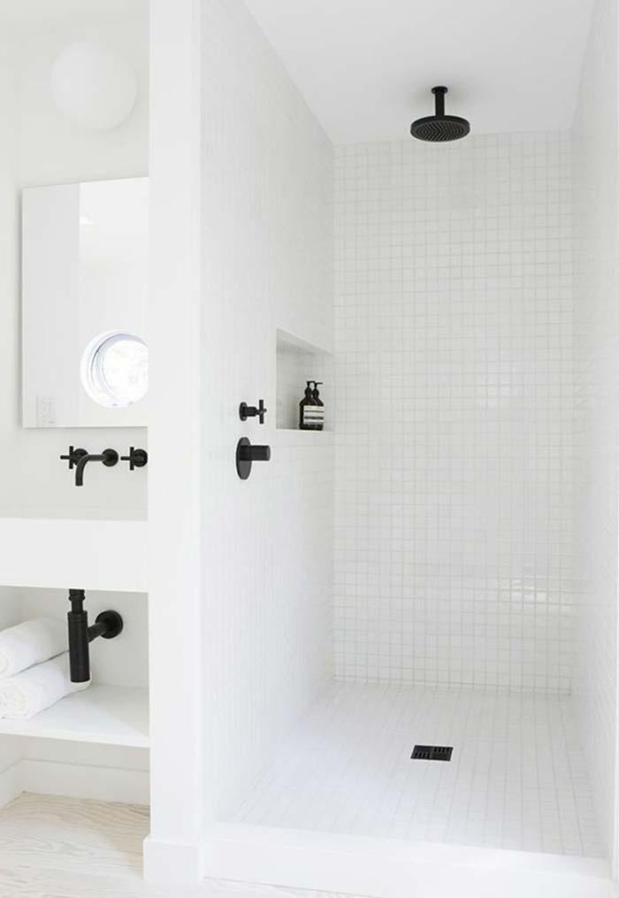 Banheiro branco com detalhes na cor preta