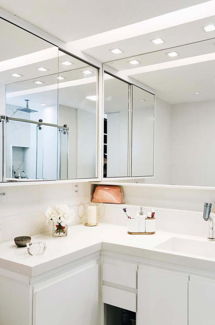 Banheiro branco e moderno