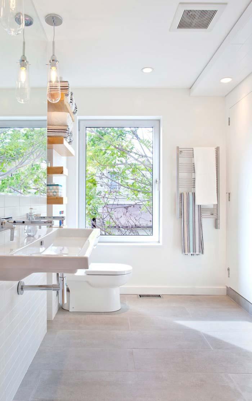 Banheiro cheio de luz