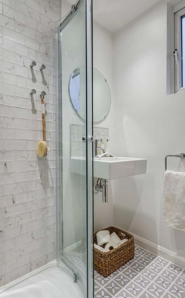Banheiro branco pequeno e simples