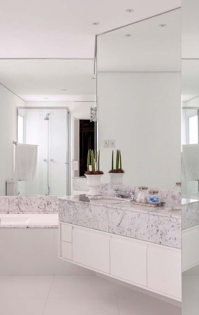 Banheiro branco espelhado