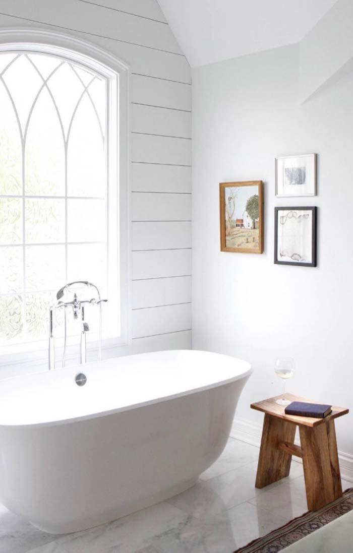 Banheiro branco para acolher