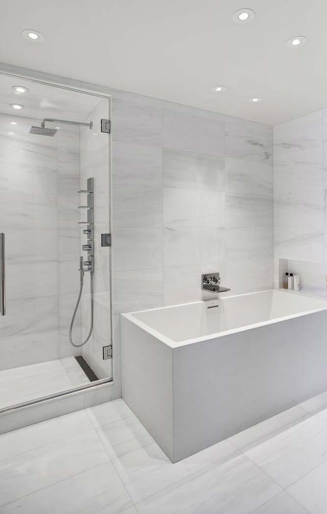 Banheiro branco acinzentado