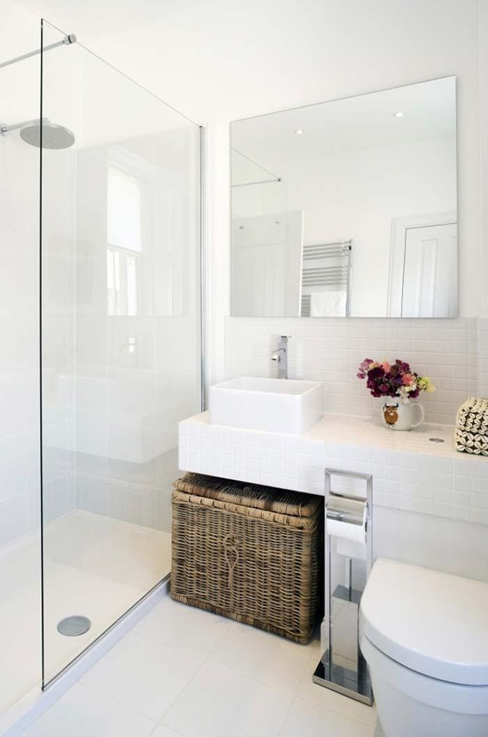Banheiro branco com toque romântico
