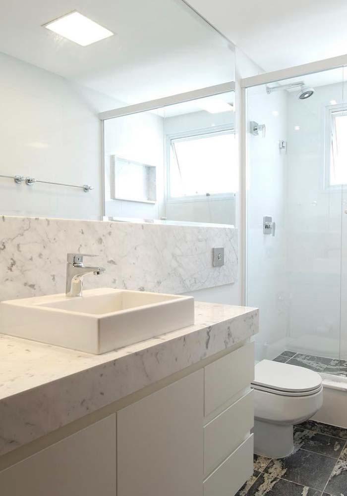 Banheiro branco com piso escuro