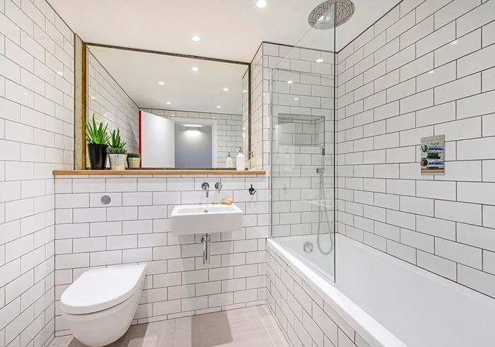 Banheiro branco com rejunte cinza