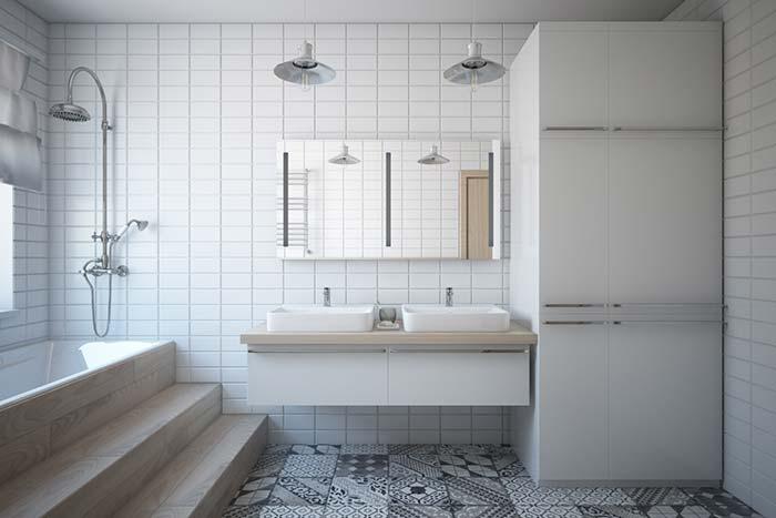 Banheiro branco com detalhes ao estilo retrô