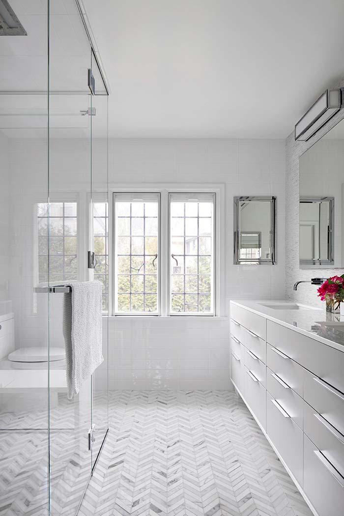 Banheiro branco e espaçoso