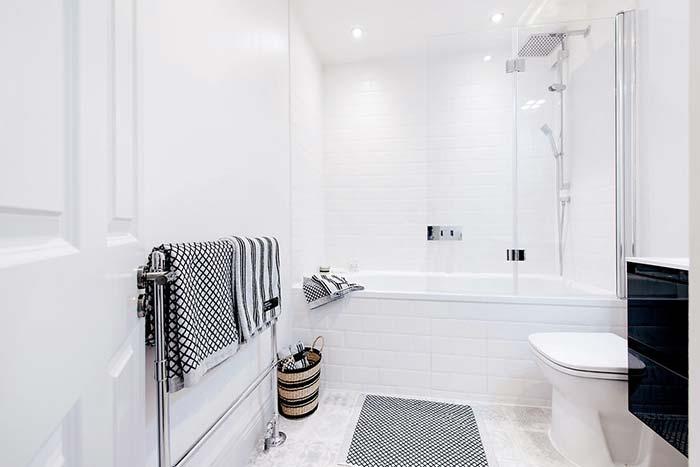 Branco e preto no banheiro