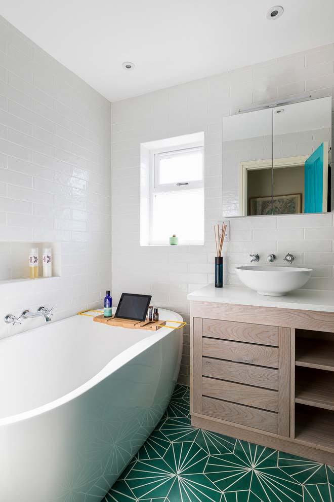 Banheiro com banheira escrivaninha