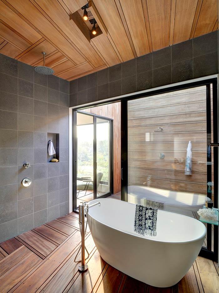 Banheira moderna em banheiro rústico