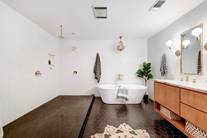 Banheira moderna em banheiro clássico
