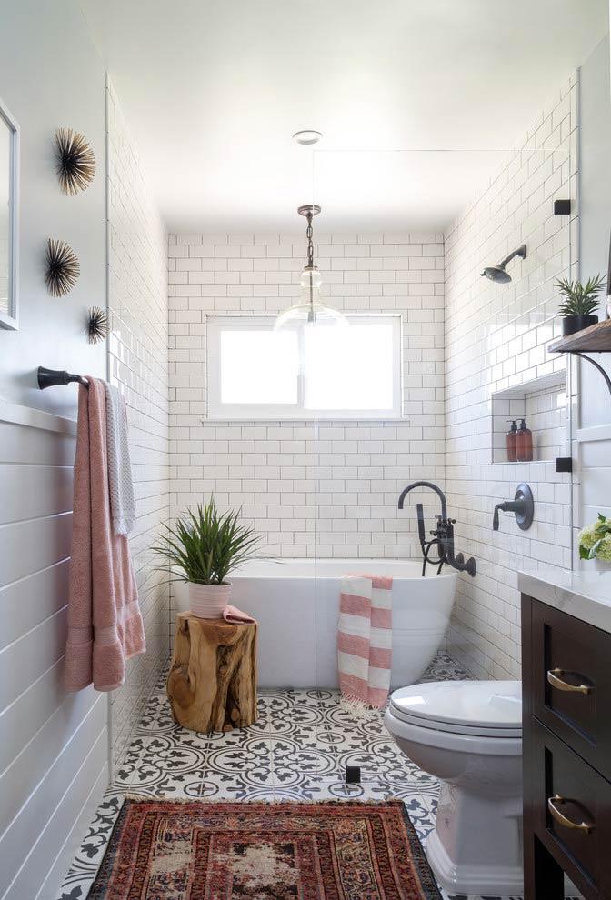 Banheiro com banheira romântica
