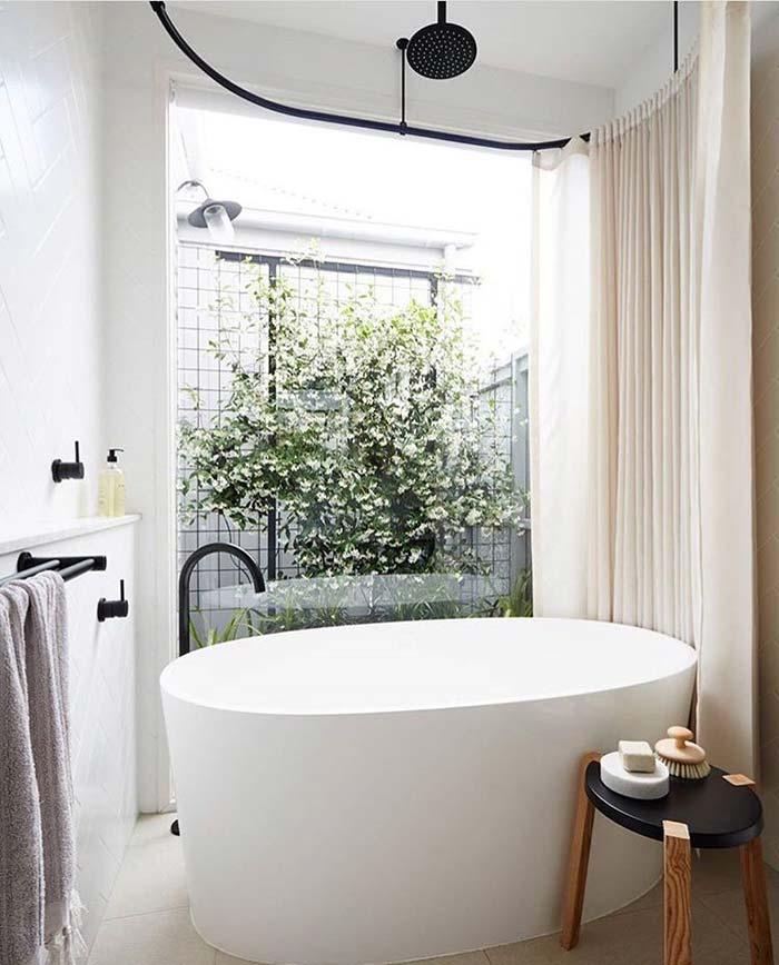 Banheiro com banheira: banheira envolvida na cortina