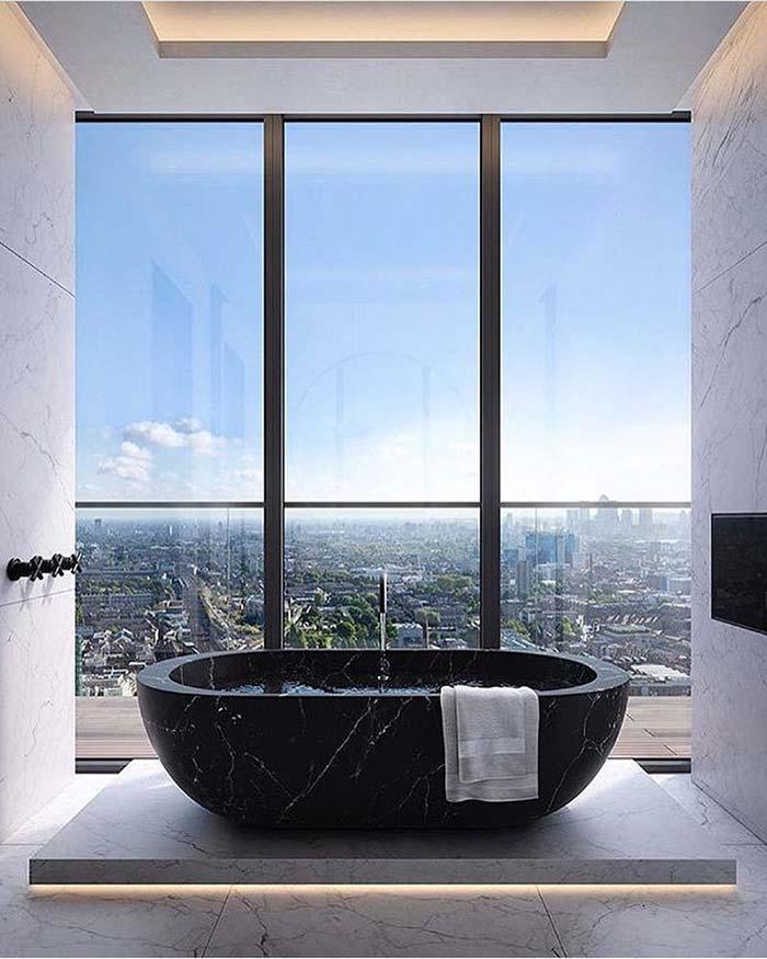 Banheiro com banheira flutuante