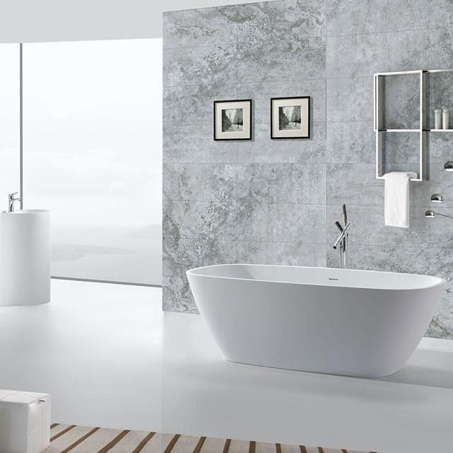 Banheira tradicional em banheiro moderno
