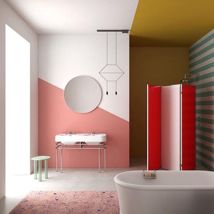 Banheiro com banheira branca combinando com muitas cores