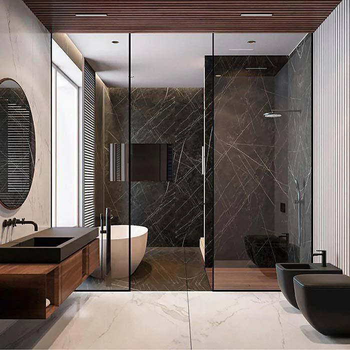Banheiro com banheira branca em contraste com revestimentos