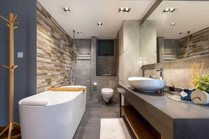 Banheiro com banheira extensa