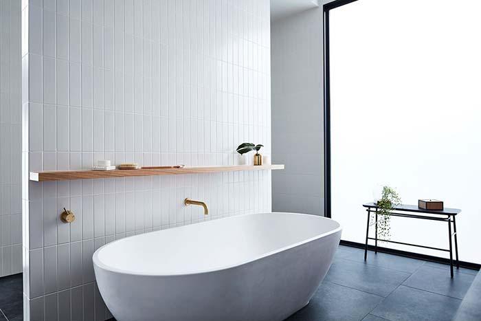 Banheira branca de traços suaves