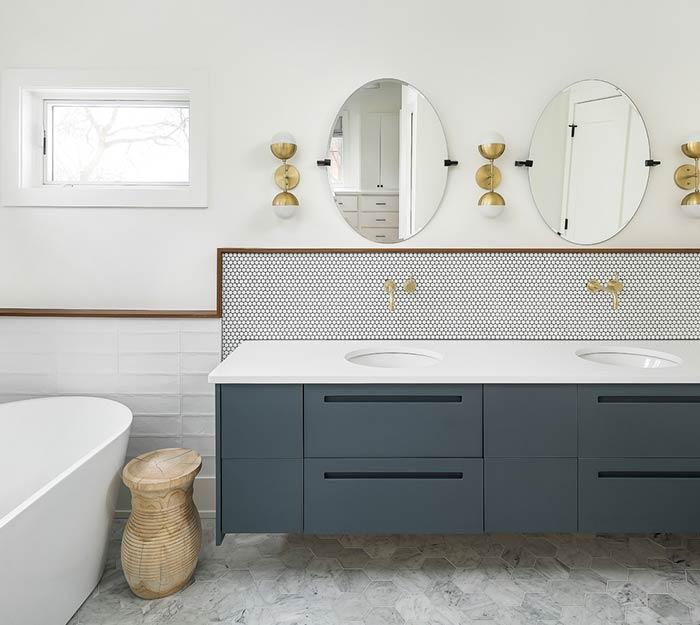 Banheira em espaço reservado no banheiro
