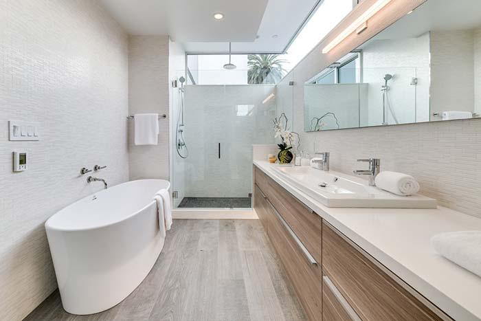 Banheiro com banheira branca