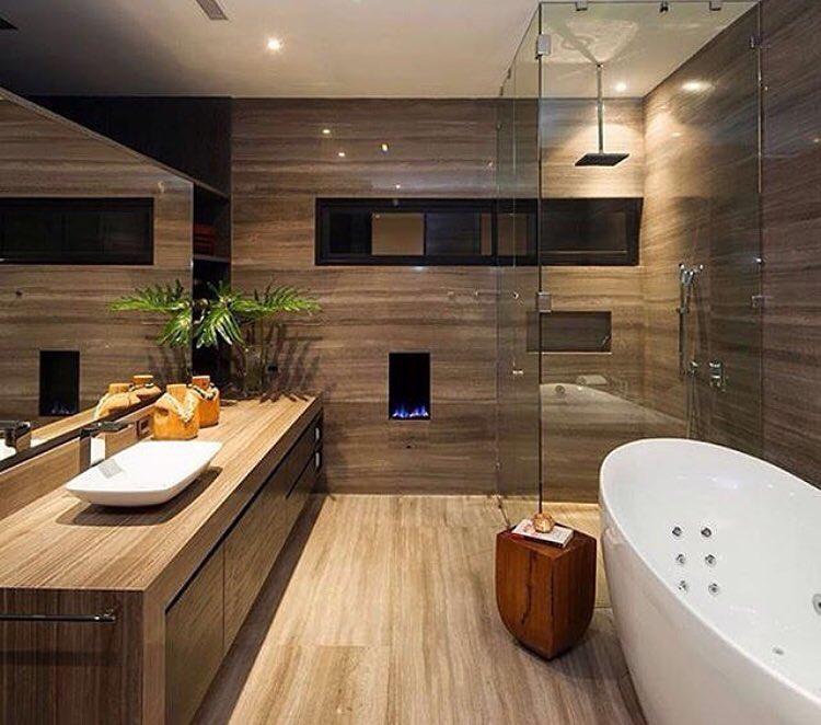 Banheira de hidromassagem em contraste com a madeira