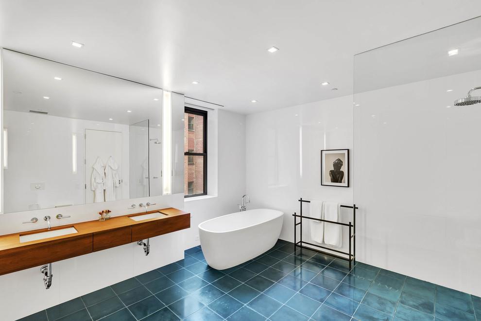 Banheiro com banheira sob um azul brilhante
