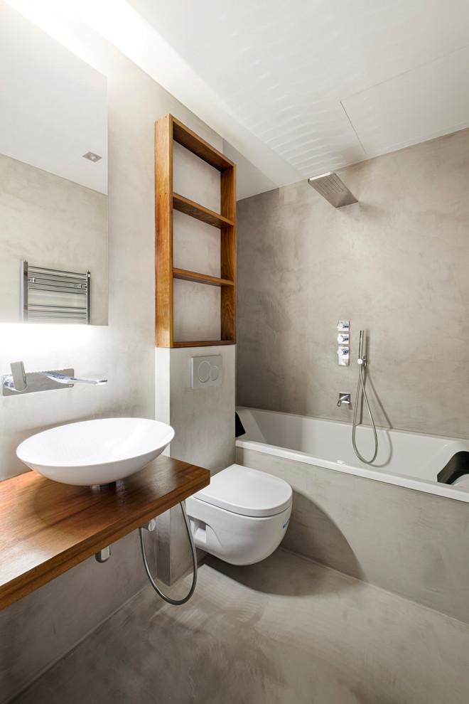 Banheiro com banheira de cimento queimado