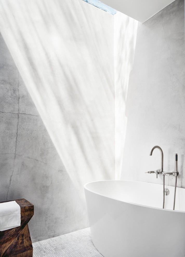 Banheira embaixo de uma cascata de luz