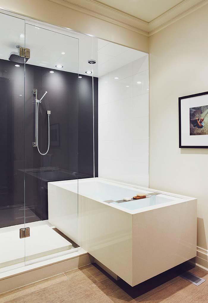 Banheiro com banheira em dois ambientes