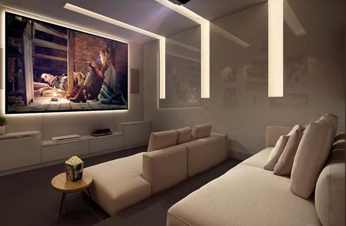 Sala de cinema em cores claras