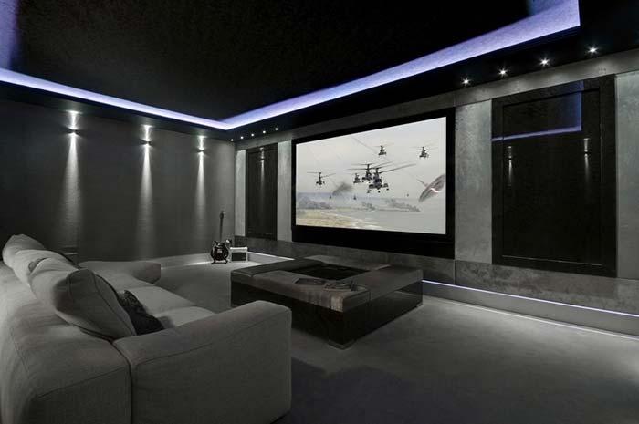 Sala de cinema em tons de cinza