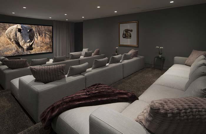 Sala longa com três níveis de fileiras