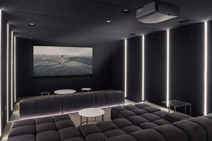 Cinema em casa com tons de cinza