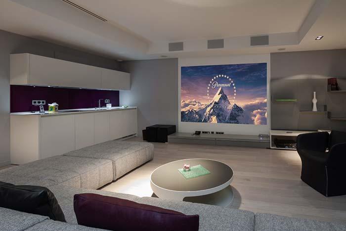 Sala de cinema em um loft pequeno