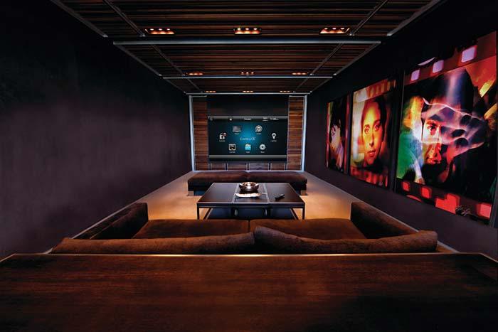 Decoração com quadros para uma sala longa