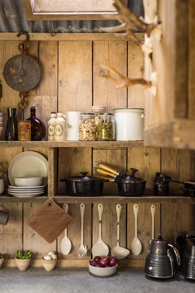 Panelas de ferro na cozinha rústica