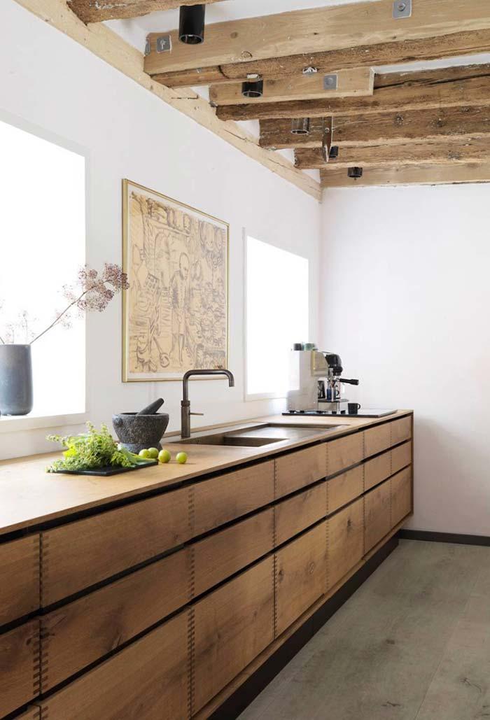 Vigas de madeira combinando com o armário