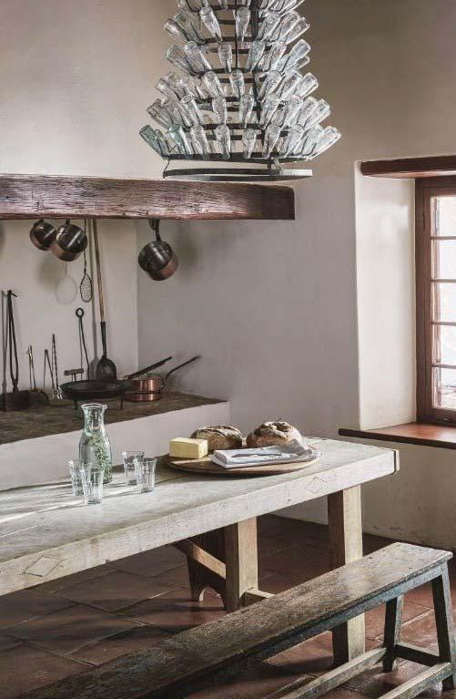 Cozinha rústica tem que ter um banco comprido