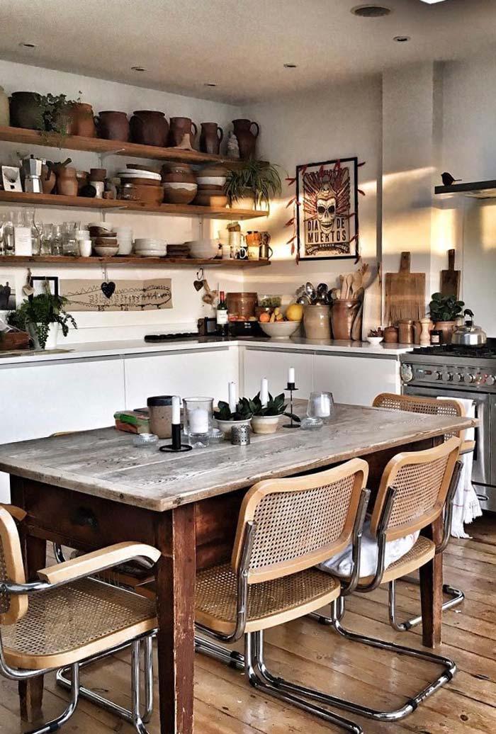 Panelas de barro e velas em cima da mesa