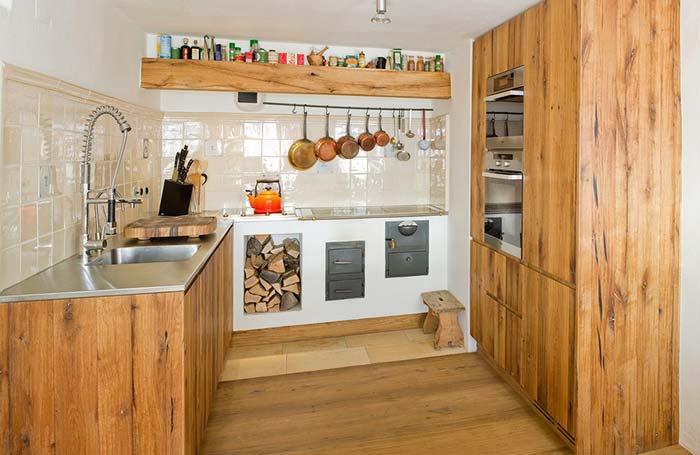Cozinha rústica com fogão a lenha e forno